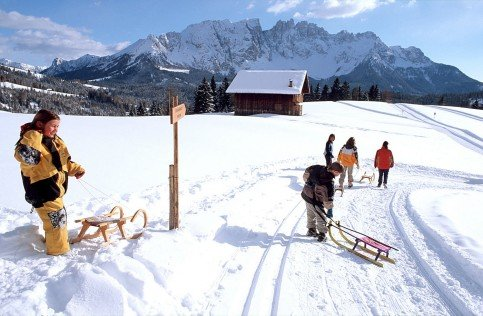 Tobogganing, cross-country skiing and ice-skating promise great fun for the entire family!